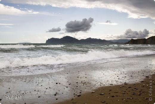 Здравствуйте, мои дорогие! Отпуск пролетел так незаметно, так быстро! Столько хороших мгновений! Столько радости, солнца, тепла! Так хочется поделиться с вами, подарить вам хоть частичку того радостного блаженства, которым щедро одаряет нас море! Мой фоторепортаж о чудесном уголке Крыма - нашем любимом месте отдыха, куда мы всей семьей ездим почти каждый год - городке Орджоникидзе, который расположился недалеко от Феодосии, и его необыкновенных окрестностях.  Жгучее солнце в небе высоком Греет лучами старые горы. А у подножий тихим прибоем Шепчет лазурное море.   фото 15