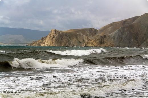 Здравствуйте, мои дорогие! Отпуск пролетел так незаметно, так быстро! Столько хороших мгновений! Столько радости, солнца, тепла! Так хочется поделиться с вами, подарить вам хоть частичку того радостного блаженства, которым щедро одаряет нас море! Мой фоторепортаж о чудесном уголке Крыма - нашем любимом месте отдыха, куда мы всей семьей ездим почти каждый год - городке Орджоникидзе, который расположился недалеко от Феодосии, и его необыкновенных окрестностях.  Жгучее солнце в небе высоком Греет лучами старые горы. А у подножий тихим прибоем Шепчет лазурное море.   фото 16