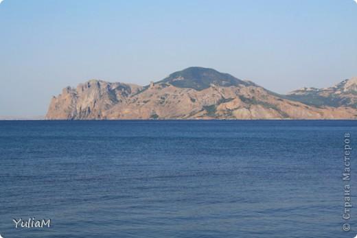 Здравствуйте, мои дорогие! Отпуск пролетел так незаметно, так быстро! Столько хороших мгновений! Столько радости, солнца, тепла! Так хочется поделиться с вами, подарить вам хоть частичку того радостного блаженства, которым щедро одаряет нас море! Мой фоторепортаж о чудесном уголке Крыма - нашем любимом месте отдыха, куда мы всей семьей ездим почти каждый год - городке Орджоникидзе, который расположился недалеко от Феодосии, и его необыкновенных окрестностях.  Жгучее солнце в небе высоком Греет лучами старые горы. А у подножий тихим прибоем Шепчет лазурное море.   фото 2