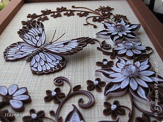 Наконец-то я пристроила свою бабочку. Ни к каким цветам она не подходила с такой окраской. Пришлось композицию исполнять в два цвета. В понедельник подарю доче на день рождения. Думаю должно понравиться моё творение. фото 10