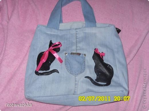 Понадобилось: 1 джинсы и немного от вторых -на ручки. Коты из кожи, ленты атласные-так хозяйка сумки украсила ее. фото 1