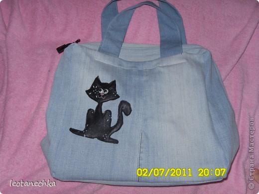 Понадобилось: 1 джинсы и немного от вторых -на ручки. Коты из кожи, ленты атласные-так хозяйка сумки украсила ее. фото 2