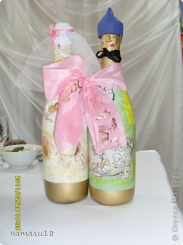 По свадебным традициям у жениха с невестой остаются две бутылки,которые они должны открыть на рождение первенца и на первую свою годовщину. Вот такие бутылочки я сделала сестре на свадьбу.Правда ничего особенного,но лучше,чем обычные. фото 11