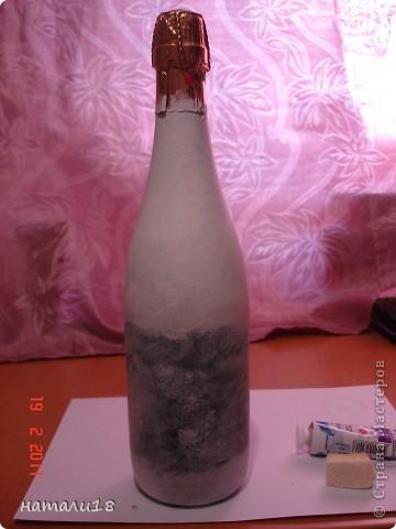 По свадебным традициям у жениха с невестой остаются две бутылки,которые они должны открыть на рождение первенца и на первую свою годовщину. Вот такие бутылочки я сделала сестре на свадьбу.Правда ничего особенного,но лучше,чем обычные. фото 2