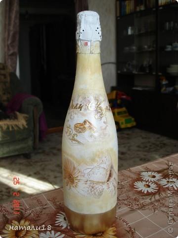 По свадебным традициям у жениха с невестой остаются две бутылки,которые они должны открыть на рождение первенца и на первую свою годовщину. Вот такие бутылочки я сделала сестре на свадьбу.Правда ничего особенного,но лучше,чем обычные. фото 8