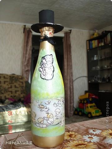 По свадебным традициям у жениха с невестой остаются две бутылки,которые они должны открыть на рождение первенца и на первую свою годовщину. Вот такие бутылочки я сделала сестре на свадьбу.Правда ничего особенного,но лучше,чем обычные. фото 7