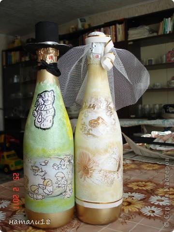 По свадебным традициям у жениха с невестой остаются две бутылки,которые они должны открыть на рождение первенца и на первую свою годовщину. Вот такие бутылочки я сделала сестре на свадьбу.Правда ничего особенного,но лучше,чем обычные. фото 1