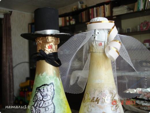 По свадебным традициям у жениха с невестой остаются две бутылки,которые они должны открыть на рождение первенца и на первую свою годовщину. Вот такие бутылочки я сделала сестре на свадьбу.Правда ничего особенного,но лучше,чем обычные. фото 10