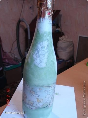 По свадебным традициям у жениха с невестой остаются две бутылки,которые они должны открыть на рождение первенца и на первую свою годовщину. Вот такие бутылочки я сделала сестре на свадьбу.Правда ничего особенного,но лучше,чем обычные. фото 4