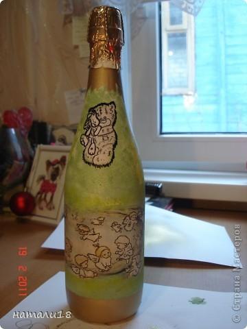 По свадебным традициям у жениха с невестой остаются две бутылки,которые они должны открыть на рождение первенца и на первую свою годовщину. Вот такие бутылочки я сделала сестре на свадьбу.Правда ничего особенного,но лучше,чем обычные. фото 6