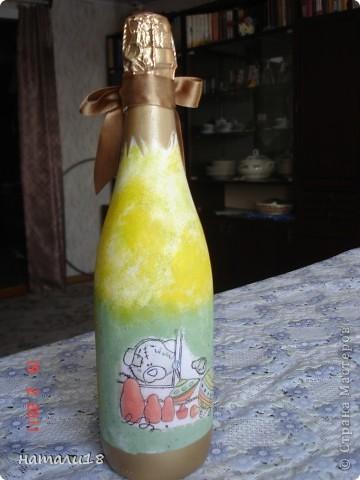 По свадебным традициям у жениха с невестой остаются две бутылки,которые они должны открыть на рождение первенца и на первую свою годовщину. Вот такие бутылочки я сделала сестре на свадьбу.Правда ничего особенного,но лучше,чем обычные. фото 5