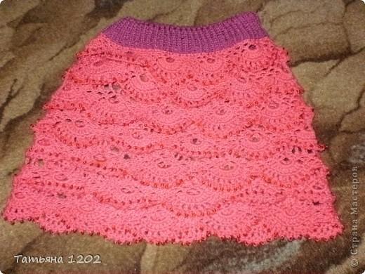 Наступило лето,стало очень тепло.Моя племянница решила связать своим девочкам сарафаны и юбочки с топиками. фото 3