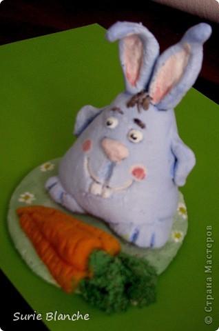 А довольный он потому, что рядом лежит вкусная морковка :) Мне так нравится этот крол, он очень забавный :)  Румяный :) фото 1