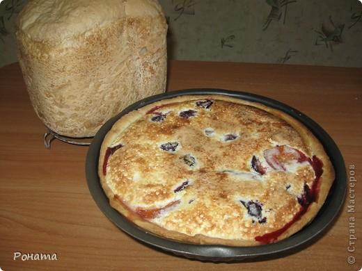 """Зимой я готовила такой тарт с замороженной вишней или сливами. Сейчас уже наступила пора свежих ягод и фруктов. Предлагаю приготовить такой тарт. Мое семейство уплетает его за обе щеки :)) Рецепт я брала здесь http://forum.hlebopechka.net/index.php?showtopic=519&hl=%E2%E8%F8%ED%E5%E2%FB%E9+%F2%E0%F0%F2, но теперь та ссылка """"мертвая"""". Я нашла такой же рецепт на другом сайте - http://izum.darievna.ru/page/vishnevyj-tart И чтобы снова его не потерять, скопирую его сюда.  Ингредиенты:  Для теста бризе:  100 гр сливочного масла; 1 желток; 1 ч.л. сахара; щепотка соли; 1/2 стакана холодной воды; 200 гр муки.  Начинка:  700 гр вишни без косточки. Для заливки: 2 яйца; 75 гр сахара + 25 гр для присыпки; 200 гр сметаны.  Для теста бризе муку просеиваем в миску, делаем в середине углубление, кладем в него нарезанное кубиками масло, желток, сахар, соль и вливаем холодную воду. Быстро замешиваем тесто руками и ставим на час в холодильник.  Через час достаем тесто и раскатываем круг, больший по диаметру формы для запекания. Аккуратно переносим тесто и раскладываем по форме.  Обрезаем края теста по форме. Если края использовать некуда, я просто руками аккуратно разминаю тесто в тонкую лепешку и добавляю в середину формы.  Выкладываем вишни.  Для заливки яйца хорошо взбиваем с сахаром, затем добавляем сметану и хорошо перемешиваем. Заливаем вишни и посыпаем сверху сахаром (около столовой ложки).  Выпекаем вишневый тарт в хорошо разогретой духовке при 200 градусах около 40-50 минут.   Теста я делаю несколько порций сразу, делю на части и кладу в морозилку. А потом достаю кусочек заранее перед выпечкой, чтоб разморозился. Остается только ягоды подготовить и заливку.  Этот тарт со сливами: фото 2"""
