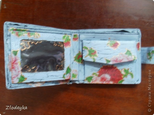 Лежел у меня кошелёчек черный,скучно и задумала его как то украсить.Всё как то руки не доходили до него и вот декупажила цветочный вазон,осталась краска и решила ею покрасить кошелёк. фото 9