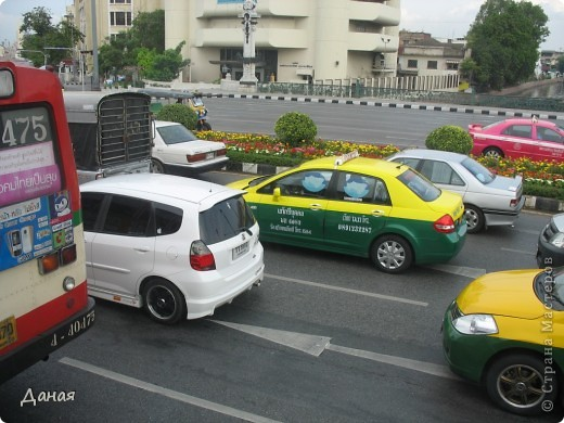 Если вам не надоело смотреть на мир моими глазами :), то сегодня предлагаю посетить столицу Тайланда - Бангкок. Изначально Бангкок представлял из себя небольшой торговый центр и порт, называвшийся в то время Банг Кок (Bang Кok) — место где растут оливки («bang» — деревня, «kok» — оливковый), обслуживающий столицу Таиланда того времени — город Аюттхая (Ayutthaya). В 1767 году Аюттхая был разрушен бирманцами и столица была временно перенесена на западный берег реки Чао Прайя в Тонбури (Thonburi) — в настоящее время являющийся частью Бангкока. В 1782м году Король Рама I построил дворец на восточном берегу и провозгласил Бангкок столицей Таиланда переименовав его в Крун Тхеп (Krung Thep), что значит «Город Ангелов». Таким образом деревня Бангкок перестала существовать, однако иностранцы продолжают называть столицу Таиланда «Бангкок». Полное официальное название города Крун Тхеп или Крун Тхеп Маханакхон Амон Раттанакосин Махинтараюттхая Махадилок Пхоп Ноппарат Ратчатани Буриром Удомратчанивет Махасатан Амон Пиман Аватан Сатит Саккатхаттийя Витсанукам Прасит (Krung Thep Mahanakhon Amon Rattanakosin Mahinthara Ayuthaya Mahadilok Phop Noppharat Ratchathani Burirom Udomratchaniwet Mahasathan Amon Piman Awatan Sathit Sakkathattiya Witsanukam Prasit) — что значит «город ангелов, великий город, город — вечное сокровище, неприступный город Бога Индры (God Indra), величественная столица мира одарённая девятью драгоценными камнями, счастливый город, полный изобилия грандиозный Королевский Дворец напоминающий божественную обитель где царствует перевоплощённый бог, город подаренный Индрой и построенный Вишнукарном (Vishnukarn)». Тайские дети учат официальное название столицы в школе… Сегодняшний Бангкок - современный урбанизированный город, но, тем не менее, город свято хранит уникальное наследие своего Сиамского прошлого. Оно находит отражение в культуре, экзотической архитектуре Бангкока, истинно буддийском терпении и тайском гостеприимстве.  фото 41