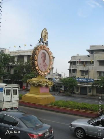 Если вам не надоело смотреть на мир моими глазами :), то сегодня предлагаю посетить столицу Тайланда - Бангкок. Изначально Бангкок представлял из себя небольшой торговый центр и порт, называвшийся в то время Банг Кок (Bang Кok) — место где растут оливки («bang» — деревня, «kok» — оливковый), обслуживающий столицу Таиланда того времени — город Аюттхая (Ayutthaya). В 1767 году Аюттхая был разрушен бирманцами и столица была временно перенесена на западный берег реки Чао Прайя в Тонбури (Thonburi) — в настоящее время являющийся частью Бангкока. В 1782м году Король Рама I построил дворец на восточном берегу и провозгласил Бангкок столицей Таиланда переименовав его в Крун Тхеп (Krung Thep), что значит «Город Ангелов». Таким образом деревня Бангкок перестала существовать, однако иностранцы продолжают называть столицу Таиланда «Бангкок». Полное официальное название города Крун Тхеп или Крун Тхеп Маханакхон Амон Раттанакосин Махинтараюттхая Махадилок Пхоп Ноппарат Ратчатани Буриром Удомратчанивет Махасатан Амон Пиман Аватан Сатит Саккатхаттийя Витсанукам Прасит (Krung Thep Mahanakhon Amon Rattanakosin Mahinthara Ayuthaya Mahadilok Phop Noppharat Ratchathani Burirom Udomratchaniwet Mahasathan Amon Piman Awatan Sathit Sakkathattiya Witsanukam Prasit) — что значит «город ангелов, великий город, город — вечное сокровище, неприступный город Бога Индры (God Indra), величественная столица мира одарённая девятью драгоценными камнями, счастливый город, полный изобилия грандиозный Королевский Дворец напоминающий божественную обитель где царствует перевоплощённый бог, город подаренный Индрой и построенный Вишнукарном (Vishnukarn)». Тайские дети учат официальное название столицы в школе… Сегодняшний Бангкок - современный урбанизированный город, но, тем не менее, город свято хранит уникальное наследие своего Сиамского прошлого. Оно находит отражение в культуре, экзотической архитектуре Бангкока, истинно буддийском терпении и тайском гостеприимстве.  фото 40