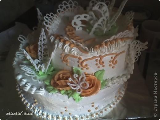 Тортик на юбилей - бисквит с безейной прослойкой, украшен белковым кремом и фигурками из айсинга. фото 2