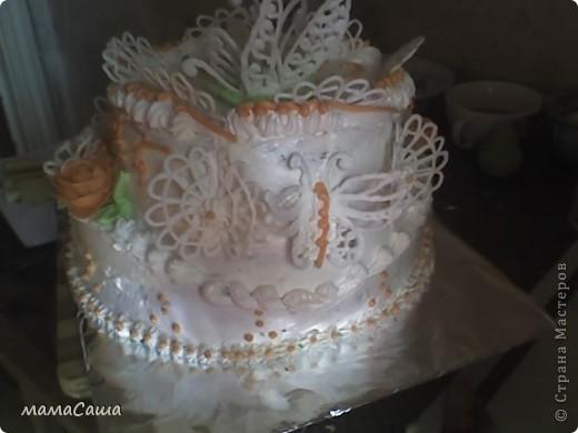 Тортик на юбилей - бисквит с безейной прослойкой, украшен белковым кремом и фигурками из айсинга. фото 3