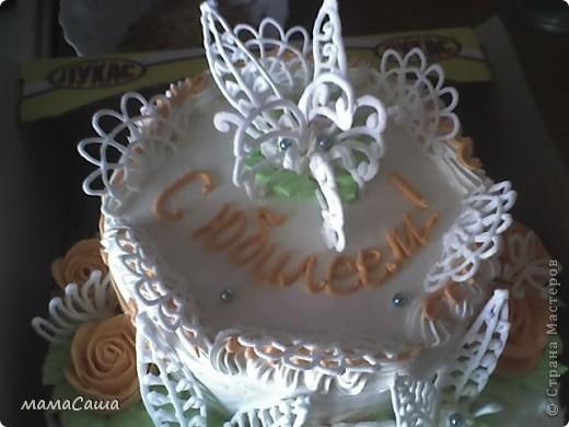 Тортик на юбилей - бисквит с безейной прослойкой, украшен белковым кремом и фигурками из айсинга. фото 4