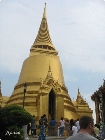 Если вам не надоело смотреть на мир моими глазами :), то сегодня предлагаю посетить столицу Тайланда - Бангкок. Изначально Бангкок представлял из себя небольшой торговый центр и порт, называвшийся в то время Банг Кок (Bang Кok) — место где растут оливки («bang» — деревня, «kok» — оливковый), обслуживающий столицу Таиланда того времени — город Аюттхая (Ayutthaya). В 1767 году Аюттхая был разрушен бирманцами и столица была временно перенесена на западный берег реки Чао Прайя в Тонбури (Thonburi) — в настоящее время являющийся частью Бангкока. В 1782м году Король Рама I построил дворец на восточном берегу и провозгласил Бангкок столицей Таиланда переименовав его в Крун Тхеп (Krung Thep), что значит «Город Ангелов». Таким образом деревня Бангкок перестала существовать, однако иностранцы продолжают называть столицу Таиланда «Бангкок». Полное официальное название города Крун Тхеп или Крун Тхеп Маханакхон Амон Раттанакосин Махинтараюттхая Махадилок Пхоп Ноппарат Ратчатани Буриром Удомратчанивет Махасатан Амон Пиман Аватан Сатит Саккатхаттийя Витсанукам Прасит (Krung Thep Mahanakhon Amon Rattanakosin Mahinthara Ayuthaya Mahadilok Phop Noppharat Ratchathani Burirom Udomratchaniwet Mahasathan Amon Piman Awatan Sathit Sakkathattiya Witsanukam Prasit) — что значит «город ангелов, великий город, город — вечное сокровище, неприступный город Бога Индры (God Indra), величественная столица мира одарённая девятью драгоценными камнями, счастливый город, полный изобилия грандиозный Королевский Дворец напоминающий божественную обитель где царствует перевоплощённый бог, город подаренный Индрой и построенный Вишнукарном (Vishnukarn)». Тайские дети учат официальное название столицы в школе… Сегодняшний Бангкок - современный урбанизированный город, но, тем не менее, город свято хранит уникальное наследие своего Сиамского прошлого. Оно находит отражение в культуре, экзотической архитектуре Бангкока, истинно буддийском терпении и тайском гостеприимстве.  фото 13