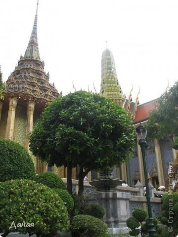 Если вам не надоело смотреть на мир моими глазами :), то сегодня предлагаю посетить столицу Тайланда - Бангкок. Изначально Бангкок представлял из себя небольшой торговый центр и порт, называвшийся в то время Банг Кок (Bang Кok) — место где растут оливки («bang» — деревня, «kok» — оливковый), обслуживающий столицу Таиланда того времени — город Аюттхая (Ayutthaya). В 1767 году Аюттхая был разрушен бирманцами и столица была временно перенесена на западный берег реки Чао Прайя в Тонбури (Thonburi) — в настоящее время являющийся частью Бангкока. В 1782м году Король Рама I построил дворец на восточном берегу и провозгласил Бангкок столицей Таиланда переименовав его в Крун Тхеп (Krung Thep), что значит «Город Ангелов». Таким образом деревня Бангкок перестала существовать, однако иностранцы продолжают называть столицу Таиланда «Бангкок». Полное официальное название города Крун Тхеп или Крун Тхеп Маханакхон Амон Раттанакосин Махинтараюттхая Махадилок Пхоп Ноппарат Ратчатани Буриром Удомратчанивет Махасатан Амон Пиман Аватан Сатит Саккатхаттийя Витсанукам Прасит (Krung Thep Mahanakhon Amon Rattanakosin Mahinthara Ayuthaya Mahadilok Phop Noppharat Ratchathani Burirom Udomratchaniwet Mahasathan Amon Piman Awatan Sathit Sakkathattiya Witsanukam Prasit) — что значит «город ангелов, великий город, город — вечное сокровище, неприступный город Бога Индры (God Indra), величественная столица мира одарённая девятью драгоценными камнями, счастливый город, полный изобилия грандиозный Королевский Дворец напоминающий божественную обитель где царствует перевоплощённый бог, город подаренный Индрой и построенный Вишнукарном (Vishnukarn)». Тайские дети учат официальное название столицы в школе… Сегодняшний Бангкок - современный урбанизированный город, но, тем не менее, город свято хранит уникальное наследие своего Сиамского прошлого. Оно находит отражение в культуре, экзотической архитектуре Бангкока, истинно буддийском терпении и тайском гостеприимстве.  фото 2