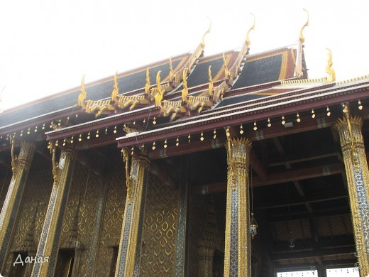 Если вам не надоело смотреть на мир моими глазами :), то сегодня предлагаю посетить столицу Тайланда - Бангкок. Изначально Бангкок представлял из себя небольшой торговый центр и порт, называвшийся в то время Банг Кок (Bang Кok) — место где растут оливки («bang» — деревня, «kok» — оливковый), обслуживающий столицу Таиланда того времени — город Аюттхая (Ayutthaya). В 1767 году Аюттхая был разрушен бирманцами и столица была временно перенесена на западный берег реки Чао Прайя в Тонбури (Thonburi) — в настоящее время являющийся частью Бангкока. В 1782м году Король Рама I построил дворец на восточном берегу и провозгласил Бангкок столицей Таиланда переименовав его в Крун Тхеп (Krung Thep), что значит «Город Ангелов». Таким образом деревня Бангкок перестала существовать, однако иностранцы продолжают называть столицу Таиланда «Бангкок». Полное официальное название города Крун Тхеп или Крун Тхеп Маханакхон Амон Раттанакосин Махинтараюттхая Махадилок Пхоп Ноппарат Ратчатани Буриром Удомратчанивет Махасатан Амон Пиман Аватан Сатит Саккатхаттийя Витсанукам Прасит (Krung Thep Mahanakhon Amon Rattanakosin Mahinthara Ayuthaya Mahadilok Phop Noppharat Ratchathani Burirom Udomratchaniwet Mahasathan Amon Piman Awatan Sathit Sakkathattiya Witsanukam Prasit) — что значит «город ангелов, великий город, город — вечное сокровище, неприступный город Бога Индры (God Indra), величественная столица мира одарённая девятью драгоценными камнями, счастливый город, полный изобилия грандиозный Королевский Дворец напоминающий божественную обитель где царствует перевоплощённый бог, город подаренный Индрой и построенный Вишнукарном (Vishnukarn)». Тайские дети учат официальное название столицы в школе… Сегодняшний Бангкок - современный урбанизированный город, но, тем не менее, город свято хранит уникальное наследие своего Сиамского прошлого. Оно находит отражение в культуре, экзотической архитектуре Бангкока, истинно буддийском терпении и тайском гостеприимстве.  фото 14