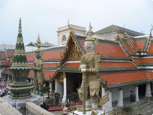 Если вам не надоело смотреть на мир моими глазами :), то сегодня предлагаю посетить столицу Тайланда - Бангкок. Изначально Бангкок представлял из себя небольшой торговый центр и порт, называвшийся в то время Банг Кок (Bang Кok) — место где растут оливки («bang» — деревня, «kok» — оливковый), обслуживающий столицу Таиланда того времени — город Аюттхая (Ayutthaya). В 1767 году Аюттхая был разрушен бирманцами и столица была временно перенесена на западный берег реки Чао Прайя в Тонбури (Thonburi) — в настоящее время являющийся частью Бангкока. В 1782м году Король Рама I построил дворец на восточном берегу и провозгласил Бангкок столицей Таиланда переименовав его в Крун Тхеп (Krung Thep), что значит «Город Ангелов». Таким образом деревня Бангкок перестала существовать, однако иностранцы продолжают называть столицу Таиланда «Бангкок». Полное официальное название города Крун Тхеп или Крун Тхеп Маханакхон Амон Раттанакосин Махинтараюттхая Махадилок Пхоп Ноппарат Ратчатани Буриром Удомратчанивет Махасатан Амон Пиман Аватан Сатит Саккатхаттийя Витсанукам Прасит (Krung Thep Mahanakhon Amon Rattanakosin Mahinthara Ayuthaya Mahadilok Phop Noppharat Ratchathani Burirom Udomratchaniwet Mahasathan Amon Piman Awatan Sathit Sakkathattiya Witsanukam Prasit) — что значит «город ангелов, великий город, город — вечное сокровище, неприступный город Бога Индры (God Indra), величественная столица мира одарённая девятью драгоценными камнями, счастливый город, полный изобилия грандиозный Королевский Дворец напоминающий божественную обитель где царствует перевоплощённый бог, город подаренный Индрой и построенный Вишнукарном (Vishnukarn)». Тайские дети учат официальное название столицы в школе… Сегодняшний Бангкок - современный урбанизированный город, но, тем не менее, город свято хранит уникальное наследие своего Сиамского прошлого. Оно находит отражение в культуре, экзотической архитектуре Бангкока, истинно буддийском терпении и тайском гостеприимстве.  фото 15
