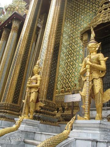 Если вам не надоело смотреть на мир моими глазами :), то сегодня предлагаю посетить столицу Тайланда - Бангкок. Изначально Бангкок представлял из себя небольшой торговый центр и порт, называвшийся в то время Банг Кок (Bang Кok) — место где растут оливки («bang» — деревня, «kok» — оливковый), обслуживающий столицу Таиланда того времени — город Аюттхая (Ayutthaya). В 1767 году Аюттхая был разрушен бирманцами и столица была временно перенесена на западный берег реки Чао Прайя в Тонбури (Thonburi) — в настоящее время являющийся частью Бангкока. В 1782м году Король Рама I построил дворец на восточном берегу и провозгласил Бангкок столицей Таиланда переименовав его в Крун Тхеп (Krung Thep), что значит «Город Ангелов». Таким образом деревня Бангкок перестала существовать, однако иностранцы продолжают называть столицу Таиланда «Бангкок». Полное официальное название города Крун Тхеп или Крун Тхеп Маханакхон Амон Раттанакосин Махинтараюттхая Махадилок Пхоп Ноппарат Ратчатани Буриром Удомратчанивет Махасатан Амон Пиман Аватан Сатит Саккатхаттийя Витсанукам Прасит (Krung Thep Mahanakhon Amon Rattanakosin Mahinthara Ayuthaya Mahadilok Phop Noppharat Ratchathani Burirom Udomratchaniwet Mahasathan Amon Piman Awatan Sathit Sakkathattiya Witsanukam Prasit) — что значит «город ангелов, великий город, город — вечное сокровище, неприступный город Бога Индры (God Indra), величественная столица мира одарённая девятью драгоценными камнями, счастливый город, полный изобилия грандиозный Королевский Дворец напоминающий божественную обитель где царствует перевоплощённый бог, город подаренный Индрой и построенный Вишнукарном (Vishnukarn)». Тайские дети учат официальное название столицы в школе… Сегодняшний Бангкок - современный урбанизированный город, но, тем не менее, город свято хранит уникальное наследие своего Сиамского прошлого. Оно находит отражение в культуре, экзотической архитектуре Бангкока, истинно буддийском терпении и тайском гостеприимстве.  фото 6