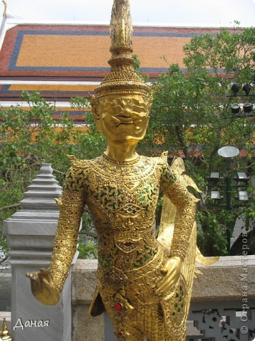 Если вам не надоело смотреть на мир моими глазами :), то сегодня предлагаю посетить столицу Тайланда - Бангкок. Изначально Бангкок представлял из себя небольшой торговый центр и порт, называвшийся в то время Банг Кок (Bang Кok) — место где растут оливки («bang» — деревня, «kok» — оливковый), обслуживающий столицу Таиланда того времени — город Аюттхая (Ayutthaya). В 1767 году Аюттхая был разрушен бирманцами и столица была временно перенесена на западный берег реки Чао Прайя в Тонбури (Thonburi) — в настоящее время являющийся частью Бангкока. В 1782м году Король Рама I построил дворец на восточном берегу и провозгласил Бангкок столицей Таиланда переименовав его в Крун Тхеп (Krung Thep), что значит «Город Ангелов». Таким образом деревня Бангкок перестала существовать, однако иностранцы продолжают называть столицу Таиланда «Бангкок». Полное официальное название города Крун Тхеп или Крун Тхеп Маханакхон Амон Раттанакосин Махинтараюттхая Махадилок Пхоп Ноппарат Ратчатани Буриром Удомратчанивет Махасатан Амон Пиман Аватан Сатит Саккатхаттийя Витсанукам Прасит (Krung Thep Mahanakhon Amon Rattanakosin Mahinthara Ayuthaya Mahadilok Phop Noppharat Ratchathani Burirom Udomratchaniwet Mahasathan Amon Piman Awatan Sathit Sakkathattiya Witsanukam Prasit) — что значит «город ангелов, великий город, город — вечное сокровище, неприступный город Бога Индры (God Indra), величественная столица мира одарённая девятью драгоценными камнями, счастливый город, полный изобилия грандиозный Королевский Дворец напоминающий божественную обитель где царствует перевоплощённый бог, город подаренный Индрой и построенный Вишнукарном (Vishnukarn)». Тайские дети учат официальное название столицы в школе… Сегодняшний Бангкок - современный урбанизированный город, но, тем не менее, город свято хранит уникальное наследие своего Сиамского прошлого. Оно находит отражение в культуре, экзотической архитектуре Бангкока, истинно буддийском терпении и тайском гостеприимстве.  фото 7