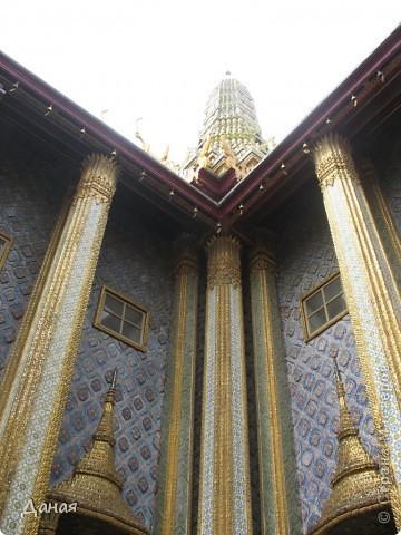 Если вам не надоело смотреть на мир моими глазами :), то сегодня предлагаю посетить столицу Тайланда - Бангкок. Изначально Бангкок представлял из себя небольшой торговый центр и порт, называвшийся в то время Банг Кок (Bang Кok) — место где растут оливки («bang» — деревня, «kok» — оливковый), обслуживающий столицу Таиланда того времени — город Аюттхая (Ayutthaya). В 1767 году Аюттхая был разрушен бирманцами и столица была временно перенесена на западный берег реки Чао Прайя в Тонбури (Thonburi) — в настоящее время являющийся частью Бангкока. В 1782м году Король Рама I построил дворец на восточном берегу и провозгласил Бангкок столицей Таиланда переименовав его в Крун Тхеп (Krung Thep), что значит «Город Ангелов». Таким образом деревня Бангкок перестала существовать, однако иностранцы продолжают называть столицу Таиланда «Бангкок». Полное официальное название города Крун Тхеп или Крун Тхеп Маханакхон Амон Раттанакосин Махинтараюттхая Махадилок Пхоп Ноппарат Ратчатани Буриром Удомратчанивет Махасатан Амон Пиман Аватан Сатит Саккатхаттийя Витсанукам Прасит (Krung Thep Mahanakhon Amon Rattanakosin Mahinthara Ayuthaya Mahadilok Phop Noppharat Ratchathani Burirom Udomratchaniwet Mahasathan Amon Piman Awatan Sathit Sakkathattiya Witsanukam Prasit) — что значит «город ангелов, великий город, город — вечное сокровище, неприступный город Бога Индры (God Indra), величественная столица мира одарённая девятью драгоценными камнями, счастливый город, полный изобилия грандиозный Королевский Дворец напоминающий божественную обитель где царствует перевоплощённый бог, город подаренный Индрой и построенный Вишнукарном (Vishnukarn)». Тайские дети учат официальное название столицы в школе… Сегодняшний Бангкок - современный урбанизированный город, но, тем не менее, город свято хранит уникальное наследие своего Сиамского прошлого. Оно находит отражение в культуре, экзотической архитектуре Бангкока, истинно буддийском терпении и тайском гостеприимстве.  фото 8