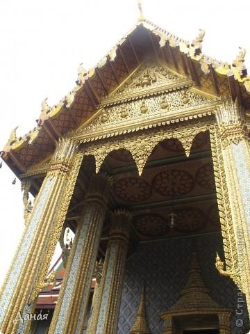 Если вам не надоело смотреть на мир моими глазами :), то сегодня предлагаю посетить столицу Тайланда - Бангкок. Изначально Бангкок представлял из себя небольшой торговый центр и порт, называвшийся в то время Банг Кок (Bang Кok) — место где растут оливки («bang» — деревня, «kok» — оливковый), обслуживающий столицу Таиланда того времени — город Аюттхая (Ayutthaya). В 1767 году Аюттхая был разрушен бирманцами и столица была временно перенесена на западный берег реки Чао Прайя в Тонбури (Thonburi) — в настоящее время являющийся частью Бангкока. В 1782м году Король Рама I построил дворец на восточном берегу и провозгласил Бангкок столицей Таиланда переименовав его в Крун Тхеп (Krung Thep), что значит «Город Ангелов». Таким образом деревня Бангкок перестала существовать, однако иностранцы продолжают называть столицу Таиланда «Бангкок». Полное официальное название города Крун Тхеп или Крун Тхеп Маханакхон Амон Раттанакосин Махинтараюттхая Махадилок Пхоп Ноппарат Ратчатани Буриром Удомратчанивет Махасатан Амон Пиман Аватан Сатит Саккатхаттийя Витсанукам Прасит (Krung Thep Mahanakhon Amon Rattanakosin Mahinthara Ayuthaya Mahadilok Phop Noppharat Ratchathani Burirom Udomratchaniwet Mahasathan Amon Piman Awatan Sathit Sakkathattiya Witsanukam Prasit) — что значит «город ангелов, великий город, город — вечное сокровище, неприступный город Бога Индры (God Indra), величественная столица мира одарённая девятью драгоценными камнями, счастливый город, полный изобилия грандиозный Королевский Дворец напоминающий божественную обитель где царствует перевоплощённый бог, город подаренный Индрой и построенный Вишнукарном (Vishnukarn)». Тайские дети учат официальное название столицы в школе… Сегодняшний Бангкок - современный урбанизированный город, но, тем не менее, город свято хранит уникальное наследие своего Сиамского прошлого. Оно находит отражение в культуре, экзотической архитектуре Бангкока, истинно буддийском терпении и тайском гостеприимстве.  фото 9