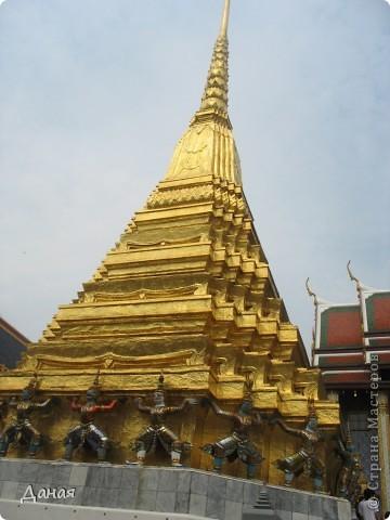 Если вам не надоело смотреть на мир моими глазами :), то сегодня предлагаю посетить столицу Тайланда - Бангкок. Изначально Бангкок представлял из себя небольшой торговый центр и порт, называвшийся в то время Банг Кок (Bang Кok) — место где растут оливки («bang» — деревня, «kok» — оливковый), обслуживающий столицу Таиланда того времени — город Аюттхая (Ayutthaya). В 1767 году Аюттхая был разрушен бирманцами и столица была временно перенесена на западный берег реки Чао Прайя в Тонбури (Thonburi) — в настоящее время являющийся частью Бангкока. В 1782м году Король Рама I построил дворец на восточном берегу и провозгласил Бангкок столицей Таиланда переименовав его в Крун Тхеп (Krung Thep), что значит «Город Ангелов». Таким образом деревня Бангкок перестала существовать, однако иностранцы продолжают называть столицу Таиланда «Бангкок». Полное официальное название города Крун Тхеп или Крун Тхеп Маханакхон Амон Раттанакосин Махинтараюттхая Махадилок Пхоп Ноппарат Ратчатани Буриром Удомратчанивет Махасатан Амон Пиман Аватан Сатит Саккатхаттийя Витсанукам Прасит (Krung Thep Mahanakhon Amon Rattanakosin Mahinthara Ayuthaya Mahadilok Phop Noppharat Ratchathani Burirom Udomratchaniwet Mahasathan Amon Piman Awatan Sathit Sakkathattiya Witsanukam Prasit) — что значит «город ангелов, великий город, город — вечное сокровище, неприступный город Бога Индры (God Indra), величественная столица мира одарённая девятью драгоценными камнями, счастливый город, полный изобилия грандиозный Королевский Дворец напоминающий божественную обитель где царствует перевоплощённый бог, город подаренный Индрой и построенный Вишнукарном (Vishnukarn)». Тайские дети учат официальное название столицы в школе… Сегодняшний Бангкок - современный урбанизированный город, но, тем не менее, город свято хранит уникальное наследие своего Сиамского прошлого. Оно находит отражение в культуре, экзотической архитектуре Бангкока, истинно буддийском терпении и тайском гостеприимстве.  фото 12