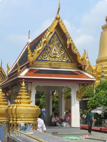 Если вам не надоело смотреть на мир моими глазами :), то сегодня предлагаю посетить столицу Тайланда - Бангкок. Изначально Бангкок представлял из себя небольшой торговый центр и порт, называвшийся в то время Банг Кок (Bang Кok) — место где растут оливки («bang» — деревня, «kok» — оливковый), обслуживающий столицу Таиланда того времени — город Аюттхая (Ayutthaya). В 1767 году Аюттхая был разрушен бирманцами и столица была временно перенесена на западный берег реки Чао Прайя в Тонбури (Thonburi) — в настоящее время являющийся частью Бангкока. В 1782м году Король Рама I построил дворец на восточном берегу и провозгласил Бангкок столицей Таиланда переименовав его в Крун Тхеп (Krung Thep), что значит «Город Ангелов». Таким образом деревня Бангкок перестала существовать, однако иностранцы продолжают называть столицу Таиланда «Бангкок». Полное официальное название города Крун Тхеп или Крун Тхеп Маханакхон Амон Раттанакосин Махинтараюттхая Махадилок Пхоп Ноппарат Ратчатани Буриром Удомратчанивет Махасатан Амон Пиман Аватан Сатит Саккатхаттийя Витсанукам Прасит (Krung Thep Mahanakhon Amon Rattanakosin Mahinthara Ayuthaya Mahadilok Phop Noppharat Ratchathani Burirom Udomratchaniwet Mahasathan Amon Piman Awatan Sathit Sakkathattiya Witsanukam Prasit) — что значит «город ангелов, великий город, город — вечное сокровище, неприступный город Бога Индры (God Indra), величественная столица мира одарённая девятью драгоценными камнями, счастливый город, полный изобилия грандиозный Королевский Дворец напоминающий божественную обитель где царствует перевоплощённый бог, город подаренный Индрой и построенный Вишнукарном (Vishnukarn)». Тайские дети учат официальное название столицы в школе… Сегодняшний Бангкок - современный урбанизированный город, но, тем не менее, город свято хранит уникальное наследие своего Сиамского прошлого. Оно находит отражение в культуре, экзотической архитектуре Бангкока, истинно буддийском терпении и тайском гостеприимстве.  фото 4