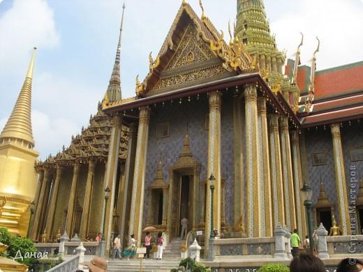 Если вам не надоело смотреть на мир моими глазами :), то сегодня предлагаю посетить столицу Тайланда - Бангкок. Изначально Бангкок представлял из себя небольшой торговый центр и порт, называвшийся в то время Банг Кок (Bang Кok) — место где растут оливки («bang» — деревня, «kok» — оливковый), обслуживающий столицу Таиланда того времени — город Аюттхая (Ayutthaya). В 1767 году Аюттхая был разрушен бирманцами и столица была временно перенесена на западный берег реки Чао Прайя в Тонбури (Thonburi) — в настоящее время являющийся частью Бангкока. В 1782м году Король Рама I построил дворец на восточном берегу и провозгласил Бангкок столицей Таиланда переименовав его в Крун Тхеп (Krung Thep), что значит «Город Ангелов». Таким образом деревня Бангкок перестала существовать, однако иностранцы продолжают называть столицу Таиланда «Бангкок». Полное официальное название города Крун Тхеп или Крун Тхеп Маханакхон Амон Раттанакосин Махинтараюттхая Махадилок Пхоп Ноппарат Ратчатани Буриром Удомратчанивет Махасатан Амон Пиман Аватан Сатит Саккатхаттийя Витсанукам Прасит (Krung Thep Mahanakhon Amon Rattanakosin Mahinthara Ayuthaya Mahadilok Phop Noppharat Ratchathani Burirom Udomratchaniwet Mahasathan Amon Piman Awatan Sathit Sakkathattiya Witsanukam Prasit) — что значит «город ангелов, великий город, город — вечное сокровище, неприступный город Бога Индры (God Indra), величественная столица мира одарённая девятью драгоценными камнями, счастливый город, полный изобилия грандиозный Королевский Дворец напоминающий божественную обитель где царствует перевоплощённый бог, город подаренный Индрой и построенный Вишнукарном (Vishnukarn)». Тайские дети учат официальное название столицы в школе… Сегодняшний Бангкок - современный урбанизированный город, но, тем не менее, город свято хранит уникальное наследие своего Сиамского прошлого. Оно находит отражение в культуре, экзотической архитектуре Бангкока, истинно буддийском терпении и тайском гостеприимстве.  фото 3