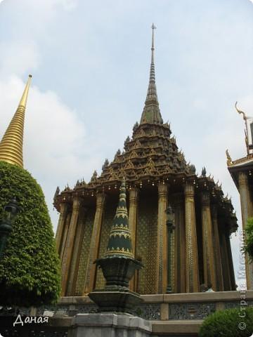 Если вам не надоело смотреть на мир моими глазами :), то сегодня предлагаю посетить столицу Тайланда - Бангкок. Изначально Бангкок представлял из себя небольшой торговый центр и порт, называвшийся в то время Банг Кок (Bang Кok) — место где растут оливки («bang» — деревня, «kok» — оливковый), обслуживающий столицу Таиланда того времени — город Аюттхая (Ayutthaya). В 1767 году Аюттхая был разрушен бирманцами и столица была временно перенесена на западный берег реки Чао Прайя в Тонбури (Thonburi) — в настоящее время являющийся частью Бангкока. В 1782м году Король Рама I построил дворец на восточном берегу и провозгласил Бангкок столицей Таиланда переименовав его в Крун Тхеп (Krung Thep), что значит «Город Ангелов». Таким образом деревня Бангкок перестала существовать, однако иностранцы продолжают называть столицу Таиланда «Бангкок». Полное официальное название города Крун Тхеп или Крун Тхеп Маханакхон Амон Раттанакосин Махинтараюттхая Махадилок Пхоп Ноппарат Ратчатани Буриром Удомратчанивет Махасатан Амон Пиман Аватан Сатит Саккатхаттийя Витсанукам Прасит (Krung Thep Mahanakhon Amon Rattanakosin Mahinthara Ayuthaya Mahadilok Phop Noppharat Ratchathani Burirom Udomratchaniwet Mahasathan Amon Piman Awatan Sathit Sakkathattiya Witsanukam Prasit) — что значит «город ангелов, великий город, город — вечное сокровище, неприступный город Бога Индры (God Indra), величественная столица мира одарённая девятью драгоценными камнями, счастливый город, полный изобилия грандиозный Королевский Дворец напоминающий божественную обитель где царствует перевоплощённый бог, город подаренный Индрой и построенный Вишнукарном (Vishnukarn)». Тайские дети учат официальное название столицы в школе… Сегодняшний Бангкок - современный урбанизированный город, но, тем не менее, город свято хранит уникальное наследие своего Сиамского прошлого. Оно находит отражение в культуре, экзотической архитектуре Бангкока, истинно буддийском терпении и тайском гостеприимстве.  фото 5