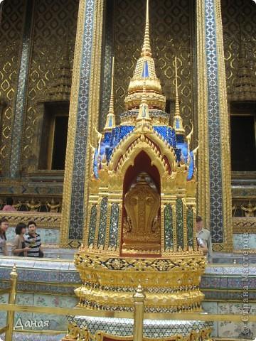 Если вам не надоело смотреть на мир моими глазами :), то сегодня предлагаю посетить столицу Тайланда - Бангкок. Изначально Бангкок представлял из себя небольшой торговый центр и порт, называвшийся в то время Банг Кок (Bang Кok) — место где растут оливки («bang» — деревня, «kok» — оливковый), обслуживающий столицу Таиланда того времени — город Аюттхая (Ayutthaya). В 1767 году Аюттхая был разрушен бирманцами и столица была временно перенесена на западный берег реки Чао Прайя в Тонбури (Thonburi) — в настоящее время являющийся частью Бангкока. В 1782м году Король Рама I построил дворец на восточном берегу и провозгласил Бангкок столицей Таиланда переименовав его в Крун Тхеп (Krung Thep), что значит «Город Ангелов». Таким образом деревня Бангкок перестала существовать, однако иностранцы продолжают называть столицу Таиланда «Бангкок». Полное официальное название города Крун Тхеп или Крун Тхеп Маханакхон Амон Раттанакосин Махинтараюттхая Махадилок Пхоп Ноппарат Ратчатани Буриром Удомратчанивет Махасатан Амон Пиман Аватан Сатит Саккатхаттийя Витсанукам Прасит (Krung Thep Mahanakhon Amon Rattanakosin Mahinthara Ayuthaya Mahadilok Phop Noppharat Ratchathani Burirom Udomratchaniwet Mahasathan Amon Piman Awatan Sathit Sakkathattiya Witsanukam Prasit) — что значит «город ангелов, великий город, город — вечное сокровище, неприступный город Бога Индры (God Indra), величественная столица мира одарённая девятью драгоценными камнями, счастливый город, полный изобилия грандиозный Королевский Дворец напоминающий божественную обитель где царствует перевоплощённый бог, город подаренный Индрой и построенный Вишнукарном (Vishnukarn)». Тайские дети учат официальное название столицы в школе… Сегодняшний Бангкок - современный урбанизированный город, но, тем не менее, город свято хранит уникальное наследие своего Сиамского прошлого. Оно находит отражение в культуре, экзотической архитектуре Бангкока, истинно буддийском терпении и тайском гостеприимстве.  фото 18