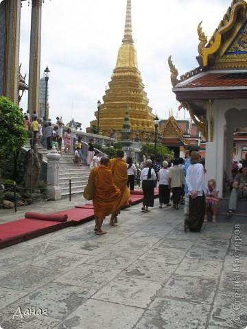 Если вам не надоело смотреть на мир моими глазами :), то сегодня предлагаю посетить столицу Тайланда - Бангкок. Изначально Бангкок представлял из себя небольшой торговый центр и порт, называвшийся в то время Банг Кок (Bang Кok) — место где растут оливки («bang» — деревня, «kok» — оливковый), обслуживающий столицу Таиланда того времени — город Аюттхая (Ayutthaya). В 1767 году Аюттхая был разрушен бирманцами и столица была временно перенесена на западный берег реки Чао Прайя в Тонбури (Thonburi) — в настоящее время являющийся частью Бангкока. В 1782м году Король Рама I построил дворец на восточном берегу и провозгласил Бангкок столицей Таиланда переименовав его в Крун Тхеп (Krung Thep), что значит «Город Ангелов». Таким образом деревня Бангкок перестала существовать, однако иностранцы продолжают называть столицу Таиланда «Бангкок». Полное официальное название города Крун Тхеп или Крун Тхеп Маханакхон Амон Раттанакосин Махинтараюттхая Махадилок Пхоп Ноппарат Ратчатани Буриром Удомратчанивет Махасатан Амон Пиман Аватан Сатит Саккатхаттийя Витсанукам Прасит (Krung Thep Mahanakhon Amon Rattanakosin Mahinthara Ayuthaya Mahadilok Phop Noppharat Ratchathani Burirom Udomratchaniwet Mahasathan Amon Piman Awatan Sathit Sakkathattiya Witsanukam Prasit) — что значит «город ангелов, великий город, город — вечное сокровище, неприступный город Бога Индры (God Indra), величественная столица мира одарённая девятью драгоценными камнями, счастливый город, полный изобилия грандиозный Королевский Дворец напоминающий божественную обитель где царствует перевоплощённый бог, город подаренный Индрой и построенный Вишнукарном (Vishnukarn)». Тайские дети учат официальное название столицы в школе… Сегодняшний Бангкок - современный урбанизированный город, но, тем не менее, город свято хранит уникальное наследие своего Сиамского прошлого. Оно находит отражение в культуре, экзотической архитектуре Бангкока, истинно буддийском терпении и тайском гостеприимстве.  фото 23