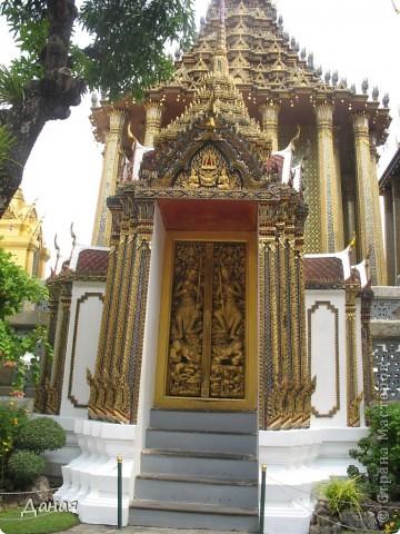 Если вам не надоело смотреть на мир моими глазами :), то сегодня предлагаю посетить столицу Тайланда - Бангкок. Изначально Бангкок представлял из себя небольшой торговый центр и порт, называвшийся в то время Банг Кок (Bang Кok) — место где растут оливки («bang» — деревня, «kok» — оливковый), обслуживающий столицу Таиланда того времени — город Аюттхая (Ayutthaya). В 1767 году Аюттхая был разрушен бирманцами и столица была временно перенесена на западный берег реки Чао Прайя в Тонбури (Thonburi) — в настоящее время являющийся частью Бангкока. В 1782м году Король Рама I построил дворец на восточном берегу и провозгласил Бангкок столицей Таиланда переименовав его в Крун Тхеп (Krung Thep), что значит «Город Ангелов». Таким образом деревня Бангкок перестала существовать, однако иностранцы продолжают называть столицу Таиланда «Бангкок». Полное официальное название города Крун Тхеп или Крун Тхеп Маханакхон Амон Раттанакосин Махинтараюттхая Махадилок Пхоп Ноппарат Ратчатани Буриром Удомратчанивет Махасатан Амон Пиман Аватан Сатит Саккатхаттийя Витсанукам Прасит (Krung Thep Mahanakhon Amon Rattanakosin Mahinthara Ayuthaya Mahadilok Phop Noppharat Ratchathani Burirom Udomratchaniwet Mahasathan Amon Piman Awatan Sathit Sakkathattiya Witsanukam Prasit) — что значит «город ангелов, великий город, город — вечное сокровище, неприступный город Бога Индры (God Indra), величественная столица мира одарённая девятью драгоценными камнями, счастливый город, полный изобилия грандиозный Королевский Дворец напоминающий божественную обитель где царствует перевоплощённый бог, город подаренный Индрой и построенный Вишнукарном (Vishnukarn)». Тайские дети учат официальное название столицы в школе… Сегодняшний Бангкок - современный урбанизированный город, но, тем не менее, город свято хранит уникальное наследие своего Сиамского прошлого. Оно находит отражение в культуре, экзотической архитектуре Бангкока, истинно буддийском терпении и тайском гостеприимстве.  фото 17