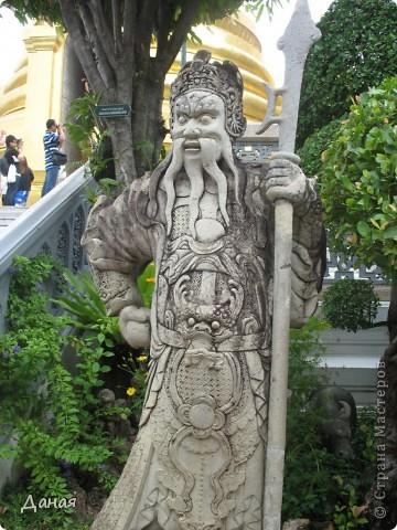 Если вам не надоело смотреть на мир моими глазами :), то сегодня предлагаю посетить столицу Тайланда - Бангкок. Изначально Бангкок представлял из себя небольшой торговый центр и порт, называвшийся в то время Банг Кок (Bang Кok) — место где растут оливки («bang» — деревня, «kok» — оливковый), обслуживающий столицу Таиланда того времени — город Аюттхая (Ayutthaya). В 1767 году Аюттхая был разрушен бирманцами и столица была временно перенесена на западный берег реки Чао Прайя в Тонбури (Thonburi) — в настоящее время являющийся частью Бангкока. В 1782м году Король Рама I построил дворец на восточном берегу и провозгласил Бангкок столицей Таиланда переименовав его в Крун Тхеп (Krung Thep), что значит «Город Ангелов». Таким образом деревня Бангкок перестала существовать, однако иностранцы продолжают называть столицу Таиланда «Бангкок». Полное официальное название города Крун Тхеп или Крун Тхеп Маханакхон Амон Раттанакосин Махинтараюттхая Махадилок Пхоп Ноппарат Ратчатани Буриром Удомратчанивет Махасатан Амон Пиман Аватан Сатит Саккатхаттийя Витсанукам Прасит (Krung Thep Mahanakhon Amon Rattanakosin Mahinthara Ayuthaya Mahadilok Phop Noppharat Ratchathani Burirom Udomratchaniwet Mahasathan Amon Piman Awatan Sathit Sakkathattiya Witsanukam Prasit) — что значит «город ангелов, великий город, город — вечное сокровище, неприступный город Бога Индры (God Indra), величественная столица мира одарённая девятью драгоценными камнями, счастливый город, полный изобилия грандиозный Королевский Дворец напоминающий божественную обитель где царствует перевоплощённый бог, город подаренный Индрой и построенный Вишнукарном (Vishnukarn)». Тайские дети учат официальное название столицы в школе… Сегодняшний Бангкок - современный урбанизированный город, но, тем не менее, город свято хранит уникальное наследие своего Сиамского прошлого. Оно находит отражение в культуре, экзотической архитектуре Бангкока, истинно буддийском терпении и тайском гостеприимстве.  фото 19