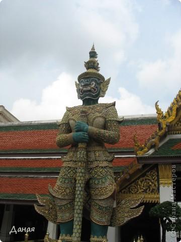 Если вам не надоело смотреть на мир моими глазами :), то сегодня предлагаю посетить столицу Тайланда - Бангкок. Изначально Бангкок представлял из себя небольшой торговый центр и порт, называвшийся в то время Банг Кок (Bang Кok) — место где растут оливки («bang» — деревня, «kok» — оливковый), обслуживающий столицу Таиланда того времени — город Аюттхая (Ayutthaya). В 1767 году Аюттхая был разрушен бирманцами и столица была временно перенесена на западный берег реки Чао Прайя в Тонбури (Thonburi) — в настоящее время являющийся частью Бангкока. В 1782м году Король Рама I построил дворец на восточном берегу и провозгласил Бангкок столицей Таиланда переименовав его в Крун Тхеп (Krung Thep), что значит «Город Ангелов». Таким образом деревня Бангкок перестала существовать, однако иностранцы продолжают называть столицу Таиланда «Бангкок». Полное официальное название города Крун Тхеп или Крун Тхеп Маханакхон Амон Раттанакосин Махинтараюттхая Махадилок Пхоп Ноппарат Ратчатани Буриром Удомратчанивет Махасатан Амон Пиман Аватан Сатит Саккатхаттийя Витсанукам Прасит (Krung Thep Mahanakhon Amon Rattanakosin Mahinthara Ayuthaya Mahadilok Phop Noppharat Ratchathani Burirom Udomratchaniwet Mahasathan Amon Piman Awatan Sathit Sakkathattiya Witsanukam Prasit) — что значит «город ангелов, великий город, город — вечное сокровище, неприступный город Бога Индры (God Indra), величественная столица мира одарённая девятью драгоценными камнями, счастливый город, полный изобилия грандиозный Королевский Дворец напоминающий божественную обитель где царствует перевоплощённый бог, город подаренный Индрой и построенный Вишнукарном (Vishnukarn)». Тайские дети учат официальное название столицы в школе… Сегодняшний Бангкок - современный урбанизированный город, но, тем не менее, город свято хранит уникальное наследие своего Сиамского прошлого. Оно находит отражение в культуре, экзотической архитектуре Бангкока, истинно буддийском терпении и тайском гостеприимстве.  фото 16