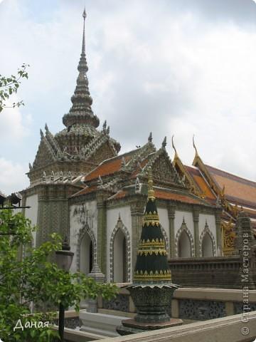 Если вам не надоело смотреть на мир моими глазами :), то сегодня предлагаю посетить столицу Тайланда - Бангкок. Изначально Бангкок представлял из себя небольшой торговый центр и порт, называвшийся в то время Банг Кок (Bang Кok) — место где растут оливки («bang» — деревня, «kok» — оливковый), обслуживающий столицу Таиланда того времени — город Аюттхая (Ayutthaya). В 1767 году Аюттхая был разрушен бирманцами и столица была временно перенесена на западный берег реки Чао Прайя в Тонбури (Thonburi) — в настоящее время являющийся частью Бангкока. В 1782м году Король Рама I построил дворец на восточном берегу и провозгласил Бангкок столицей Таиланда переименовав его в Крун Тхеп (Krung Thep), что значит «Город Ангелов». Таким образом деревня Бангкок перестала существовать, однако иностранцы продолжают называть столицу Таиланда «Бангкок». Полное официальное название города Крун Тхеп или Крун Тхеп Маханакхон Амон Раттанакосин Махинтараюттхая Махадилок Пхоп Ноппарат Ратчатани Буриром Удомратчанивет Махасатан Амон Пиман Аватан Сатит Саккатхаттийя Витсанукам Прасит (Krung Thep Mahanakhon Amon Rattanakosin Mahinthara Ayuthaya Mahadilok Phop Noppharat Ratchathani Burirom Udomratchaniwet Mahasathan Amon Piman Awatan Sathit Sakkathattiya Witsanukam Prasit) — что значит «город ангелов, великий город, город — вечное сокровище, неприступный город Бога Индры (God Indra), величественная столица мира одарённая девятью драгоценными камнями, счастливый город, полный изобилия грандиозный Королевский Дворец напоминающий божественную обитель где царствует перевоплощённый бог, город подаренный Индрой и построенный Вишнукарном (Vishnukarn)». Тайские дети учат официальное название столицы в школе… Сегодняшний Бангкок - современный урбанизированный город, но, тем не менее, город свято хранит уникальное наследие своего Сиамского прошлого. Оно находит отражение в культуре, экзотической архитектуре Бангкока, истинно буддийском терпении и тайском гостеприимстве.  фото 20