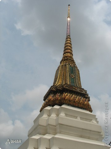 Если вам не надоело смотреть на мир моими глазами :), то сегодня предлагаю посетить столицу Тайланда - Бангкок. Изначально Бангкок представлял из себя небольшой торговый центр и порт, называвшийся в то время Банг Кок (Bang Кok) — место где растут оливки («bang» — деревня, «kok» — оливковый), обслуживающий столицу Таиланда того времени — город Аюттхая (Ayutthaya). В 1767 году Аюттхая был разрушен бирманцами и столица была временно перенесена на западный берег реки Чао Прайя в Тонбури (Thonburi) — в настоящее время являющийся частью Бангкока. В 1782м году Король Рама I построил дворец на восточном берегу и провозгласил Бангкок столицей Таиланда переименовав его в Крун Тхеп (Krung Thep), что значит «Город Ангелов». Таким образом деревня Бангкок перестала существовать, однако иностранцы продолжают называть столицу Таиланда «Бангкок». Полное официальное название города Крун Тхеп или Крун Тхеп Маханакхон Амон Раттанакосин Махинтараюттхая Махадилок Пхоп Ноппарат Ратчатани Буриром Удомратчанивет Махасатан Амон Пиман Аватан Сатит Саккатхаттийя Витсанукам Прасит (Krung Thep Mahanakhon Amon Rattanakosin Mahinthara Ayuthaya Mahadilok Phop Noppharat Ratchathani Burirom Udomratchaniwet Mahasathan Amon Piman Awatan Sathit Sakkathattiya Witsanukam Prasit) — что значит «город ангелов, великий город, город — вечное сокровище, неприступный город Бога Индры (God Indra), величественная столица мира одарённая девятью драгоценными камнями, счастливый город, полный изобилия грандиозный Королевский Дворец напоминающий божественную обитель где царствует перевоплощённый бог, город подаренный Индрой и построенный Вишнукарном (Vishnukarn)». Тайские дети учат официальное название столицы в школе… Сегодняшний Бангкок - современный урбанизированный город, но, тем не менее, город свято хранит уникальное наследие своего Сиамского прошлого. Оно находит отражение в культуре, экзотической архитектуре Бангкока, истинно буддийском терпении и тайском гостеприимстве.  фото 21