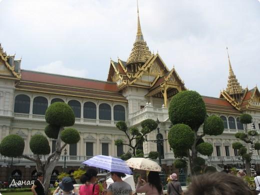 Если вам не надоело смотреть на мир моими глазами :), то сегодня предлагаю посетить столицу Тайланда - Бангкок. Изначально Бангкок представлял из себя небольшой торговый центр и порт, называвшийся в то время Банг Кок (Bang Кok) — место где растут оливки («bang» — деревня, «kok» — оливковый), обслуживающий столицу Таиланда того времени — город Аюттхая (Ayutthaya). В 1767 году Аюттхая был разрушен бирманцами и столица была временно перенесена на западный берег реки Чао Прайя в Тонбури (Thonburi) — в настоящее время являющийся частью Бангкока. В 1782м году Король Рама I построил дворец на восточном берегу и провозгласил Бангкок столицей Таиланда переименовав его в Крун Тхеп (Krung Thep), что значит «Город Ангелов». Таким образом деревня Бангкок перестала существовать, однако иностранцы продолжают называть столицу Таиланда «Бангкок». Полное официальное название города Крун Тхеп или Крун Тхеп Маханакхон Амон Раттанакосин Махинтараюттхая Махадилок Пхоп Ноппарат Ратчатани Буриром Удомратчанивет Махасатан Амон Пиман Аватан Сатит Саккатхаттийя Витсанукам Прасит (Krung Thep Mahanakhon Amon Rattanakosin Mahinthara Ayuthaya Mahadilok Phop Noppharat Ratchathani Burirom Udomratchaniwet Mahasathan Amon Piman Awatan Sathit Sakkathattiya Witsanukam Prasit) — что значит «город ангелов, великий город, город — вечное сокровище, неприступный город Бога Индры (God Indra), величественная столица мира одарённая девятью драгоценными камнями, счастливый город, полный изобилия грандиозный Королевский Дворец напоминающий божественную обитель где царствует перевоплощённый бог, город подаренный Индрой и построенный Вишнукарном (Vishnukarn)». Тайские дети учат официальное название столицы в школе… Сегодняшний Бангкок - современный урбанизированный город, но, тем не менее, город свято хранит уникальное наследие своего Сиамского прошлого. Оно находит отражение в культуре, экзотической архитектуре Бангкока, истинно буддийском терпении и тайском гостеприимстве.  фото 1