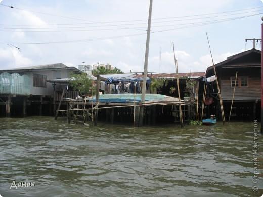 Если вам не надоело смотреть на мир моими глазами :), то сегодня предлагаю посетить столицу Тайланда - Бангкок. Изначально Бангкок представлял из себя небольшой торговый центр и порт, называвшийся в то время Банг Кок (Bang Кok) — место где растут оливки («bang» — деревня, «kok» — оливковый), обслуживающий столицу Таиланда того времени — город Аюттхая (Ayutthaya). В 1767 году Аюттхая был разрушен бирманцами и столица была временно перенесена на западный берег реки Чао Прайя в Тонбури (Thonburi) — в настоящее время являющийся частью Бангкока. В 1782м году Король Рама I построил дворец на восточном берегу и провозгласил Бангкок столицей Таиланда переименовав его в Крун Тхеп (Krung Thep), что значит «Город Ангелов». Таким образом деревня Бангкок перестала существовать, однако иностранцы продолжают называть столицу Таиланда «Бангкок». Полное официальное название города Крун Тхеп или Крун Тхеп Маханакхон Амон Раттанакосин Махинтараюттхая Махадилок Пхоп Ноппарат Ратчатани Буриром Удомратчанивет Махасатан Амон Пиман Аватан Сатит Саккатхаттийя Витсанукам Прасит (Krung Thep Mahanakhon Amon Rattanakosin Mahinthara Ayuthaya Mahadilok Phop Noppharat Ratchathani Burirom Udomratchaniwet Mahasathan Amon Piman Awatan Sathit Sakkathattiya Witsanukam Prasit) — что значит «город ангелов, великий город, город — вечное сокровище, неприступный город Бога Индры (God Indra), величественная столица мира одарённая девятью драгоценными камнями, счастливый город, полный изобилия грандиозный Королевский Дворец напоминающий божественную обитель где царствует перевоплощённый бог, город подаренный Индрой и построенный Вишнукарном (Vishnukarn)». Тайские дети учат официальное название столицы в школе… Сегодняшний Бангкок - современный урбанизированный город, но, тем не менее, город свято хранит уникальное наследие своего Сиамского прошлого. Оно находит отражение в культуре, экзотической архитектуре Бангкока, истинно буддийском терпении и тайском гостеприимстве.  фото 24