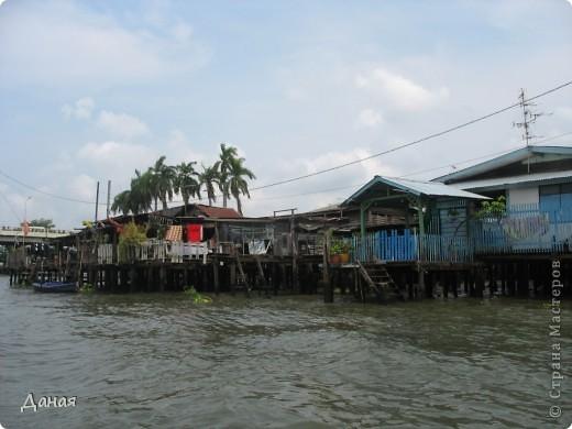 Если вам не надоело смотреть на мир моими глазами :), то сегодня предлагаю посетить столицу Тайланда - Бангкок. Изначально Бангкок представлял из себя небольшой торговый центр и порт, называвшийся в то время Банг Кок (Bang Кok) — место где растут оливки («bang» — деревня, «kok» — оливковый), обслуживающий столицу Таиланда того времени — город Аюттхая (Ayutthaya). В 1767 году Аюттхая был разрушен бирманцами и столица была временно перенесена на западный берег реки Чао Прайя в Тонбури (Thonburi) — в настоящее время являющийся частью Бангкока. В 1782м году Король Рама I построил дворец на восточном берегу и провозгласил Бангкок столицей Таиланда переименовав его в Крун Тхеп (Krung Thep), что значит «Город Ангелов». Таким образом деревня Бангкок перестала существовать, однако иностранцы продолжают называть столицу Таиланда «Бангкок». Полное официальное название города Крун Тхеп или Крун Тхеп Маханакхон Амон Раттанакосин Махинтараюттхая Махадилок Пхоп Ноппарат Ратчатани Буриром Удомратчанивет Махасатан Амон Пиман Аватан Сатит Саккатхаттийя Витсанукам Прасит (Krung Thep Mahanakhon Amon Rattanakosin Mahinthara Ayuthaya Mahadilok Phop Noppharat Ratchathani Burirom Udomratchaniwet Mahasathan Amon Piman Awatan Sathit Sakkathattiya Witsanukam Prasit) — что значит «город ангелов, великий город, город — вечное сокровище, неприступный город Бога Индры (God Indra), величественная столица мира одарённая девятью драгоценными камнями, счастливый город, полный изобилия грандиозный Королевский Дворец напоминающий божественную обитель где царствует перевоплощённый бог, город подаренный Индрой и построенный Вишнукарном (Vishnukarn)». Тайские дети учат официальное название столицы в школе… Сегодняшний Бангкок - современный урбанизированный город, но, тем не менее, город свято хранит уникальное наследие своего Сиамского прошлого. Оно находит отражение в культуре, экзотической архитектуре Бангкока, истинно буддийском терпении и тайском гостеприимстве.  фото 25
