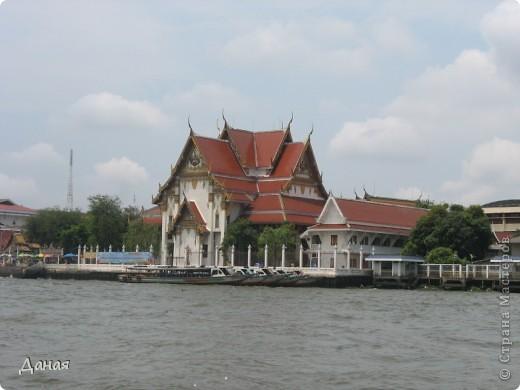 Если вам не надоело смотреть на мир моими глазами :), то сегодня предлагаю посетить столицу Тайланда - Бангкок. Изначально Бангкок представлял из себя небольшой торговый центр и порт, называвшийся в то время Банг Кок (Bang Кok) — место где растут оливки («bang» — деревня, «kok» — оливковый), обслуживающий столицу Таиланда того времени — город Аюттхая (Ayutthaya). В 1767 году Аюттхая был разрушен бирманцами и столица была временно перенесена на западный берег реки Чао Прайя в Тонбури (Thonburi) — в настоящее время являющийся частью Бангкока. В 1782м году Король Рама I построил дворец на восточном берегу и провозгласил Бангкок столицей Таиланда переименовав его в Крун Тхеп (Krung Thep), что значит «Город Ангелов». Таким образом деревня Бангкок перестала существовать, однако иностранцы продолжают называть столицу Таиланда «Бангкок». Полное официальное название города Крун Тхеп или Крун Тхеп Маханакхон Амон Раттанакосин Махинтараюттхая Махадилок Пхоп Ноппарат Ратчатани Буриром Удомратчанивет Махасатан Амон Пиман Аватан Сатит Саккатхаттийя Витсанукам Прасит (Krung Thep Mahanakhon Amon Rattanakosin Mahinthara Ayuthaya Mahadilok Phop Noppharat Ratchathani Burirom Udomratchaniwet Mahasathan Amon Piman Awatan Sathit Sakkathattiya Witsanukam Prasit) — что значит «город ангелов, великий город, город — вечное сокровище, неприступный город Бога Индры (God Indra), величественная столица мира одарённая девятью драгоценными камнями, счастливый город, полный изобилия грандиозный Королевский Дворец напоминающий божественную обитель где царствует перевоплощённый бог, город подаренный Индрой и построенный Вишнукарном (Vishnukarn)». Тайские дети учат официальное название столицы в школе… Сегодняшний Бангкок - современный урбанизированный город, но, тем не менее, город свято хранит уникальное наследие своего Сиамского прошлого. Оно находит отражение в культуре, экзотической архитектуре Бангкока, истинно буддийском терпении и тайском гостеприимстве.  фото 26