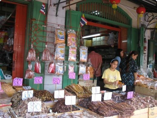 Если вам не надоело смотреть на мир моими глазами :), то сегодня предлагаю посетить столицу Тайланда - Бангкок. Изначально Бангкок представлял из себя небольшой торговый центр и порт, называвшийся в то время Банг Кок (Bang Кok) — место где растут оливки («bang» — деревня, «kok» — оливковый), обслуживающий столицу Таиланда того времени — город Аюттхая (Ayutthaya). В 1767 году Аюттхая был разрушен бирманцами и столица была временно перенесена на западный берег реки Чао Прайя в Тонбури (Thonburi) — в настоящее время являющийся частью Бангкока. В 1782м году Король Рама I построил дворец на восточном берегу и провозгласил Бангкок столицей Таиланда переименовав его в Крун Тхеп (Krung Thep), что значит «Город Ангелов». Таким образом деревня Бангкок перестала существовать, однако иностранцы продолжают называть столицу Таиланда «Бангкок». Полное официальное название города Крун Тхеп или Крун Тхеп Маханакхон Амон Раттанакосин Махинтараюттхая Махадилок Пхоп Ноппарат Ратчатани Буриром Удомратчанивет Махасатан Амон Пиман Аватан Сатит Саккатхаттийя Витсанукам Прасит (Krung Thep Mahanakhon Amon Rattanakosin Mahinthara Ayuthaya Mahadilok Phop Noppharat Ratchathani Burirom Udomratchaniwet Mahasathan Amon Piman Awatan Sathit Sakkathattiya Witsanukam Prasit) — что значит «город ангелов, великий город, город — вечное сокровище, неприступный город Бога Индры (God Indra), величественная столица мира одарённая девятью драгоценными камнями, счастливый город, полный изобилия грандиозный Королевский Дворец напоминающий божественную обитель где царствует перевоплощённый бог, город подаренный Индрой и построенный Вишнукарном (Vishnukarn)». Тайские дети учат официальное название столицы в школе… Сегодняшний Бангкок - современный урбанизированный город, но, тем не менее, город свято хранит уникальное наследие своего Сиамского прошлого. Оно находит отражение в культуре, экзотической архитектуре Бангкока, истинно буддийском терпении и тайском гостеприимстве.  фото 27
