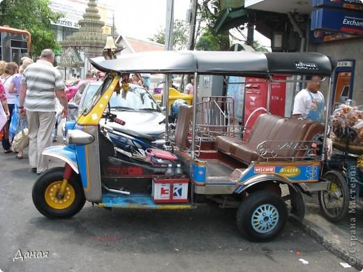 Если вам не надоело смотреть на мир моими глазами :), то сегодня предлагаю посетить столицу Тайланда - Бангкок. Изначально Бангкок представлял из себя небольшой торговый центр и порт, называвшийся в то время Банг Кок (Bang Кok) — место где растут оливки («bang» — деревня, «kok» — оливковый), обслуживающий столицу Таиланда того времени — город Аюттхая (Ayutthaya). В 1767 году Аюттхая был разрушен бирманцами и столица была временно перенесена на западный берег реки Чао Прайя в Тонбури (Thonburi) — в настоящее время являющийся частью Бангкока. В 1782м году Король Рама I построил дворец на восточном берегу и провозгласил Бангкок столицей Таиланда переименовав его в Крун Тхеп (Krung Thep), что значит «Город Ангелов». Таким образом деревня Бангкок перестала существовать, однако иностранцы продолжают называть столицу Таиланда «Бангкок». Полное официальное название города Крун Тхеп или Крун Тхеп Маханакхон Амон Раттанакосин Махинтараюттхая Махадилок Пхоп Ноппарат Ратчатани Буриром Удомратчанивет Махасатан Амон Пиман Аватан Сатит Саккатхаттийя Витсанукам Прасит (Krung Thep Mahanakhon Amon Rattanakosin Mahinthara Ayuthaya Mahadilok Phop Noppharat Ratchathani Burirom Udomratchaniwet Mahasathan Amon Piman Awatan Sathit Sakkathattiya Witsanukam Prasit) — что значит «город ангелов, великий город, город — вечное сокровище, неприступный город Бога Индры (God Indra), величественная столица мира одарённая девятью драгоценными камнями, счастливый город, полный изобилия грандиозный Королевский Дворец напоминающий божественную обитель где царствует перевоплощённый бог, город подаренный Индрой и построенный Вишнукарном (Vishnukarn)». Тайские дети учат официальное название столицы в школе… Сегодняшний Бангкок - современный урбанизированный город, но, тем не менее, город свято хранит уникальное наследие своего Сиамского прошлого. Оно находит отражение в культуре, экзотической архитектуре Бангкока, истинно буддийском терпении и тайском гостеприимстве.  фото 28