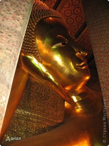 Если вам не надоело смотреть на мир моими глазами :), то сегодня предлагаю посетить столицу Тайланда - Бангкок. Изначально Бангкок представлял из себя небольшой торговый центр и порт, называвшийся в то время Банг Кок (Bang Кok) — место где растут оливки («bang» — деревня, «kok» — оливковый), обслуживающий столицу Таиланда того времени — город Аюттхая (Ayutthaya). В 1767 году Аюттхая был разрушен бирманцами и столица была временно перенесена на западный берег реки Чао Прайя в Тонбури (Thonburi) — в настоящее время являющийся частью Бангкока. В 1782м году Король Рама I построил дворец на восточном берегу и провозгласил Бангкок столицей Таиланда переименовав его в Крун Тхеп (Krung Thep), что значит «Город Ангелов». Таким образом деревня Бангкок перестала существовать, однако иностранцы продолжают называть столицу Таиланда «Бангкок». Полное официальное название города Крун Тхеп или Крун Тхеп Маханакхон Амон Раттанакосин Махинтараюттхая Махадилок Пхоп Ноппарат Ратчатани Буриром Удомратчанивет Махасатан Амон Пиман Аватан Сатит Саккатхаттийя Витсанукам Прасит (Krung Thep Mahanakhon Amon Rattanakosin Mahinthara Ayuthaya Mahadilok Phop Noppharat Ratchathani Burirom Udomratchaniwet Mahasathan Amon Piman Awatan Sathit Sakkathattiya Witsanukam Prasit) — что значит «город ангелов, великий город, город — вечное сокровище, неприступный город Бога Индры (God Indra), величественная столица мира одарённая девятью драгоценными камнями, счастливый город, полный изобилия грандиозный Королевский Дворец напоминающий божественную обитель где царствует перевоплощённый бог, город подаренный Индрой и построенный Вишнукарном (Vishnukarn)». Тайские дети учат официальное название столицы в школе… Сегодняшний Бангкок - современный урбанизированный город, но, тем не менее, город свято хранит уникальное наследие своего Сиамского прошлого. Оно находит отражение в культуре, экзотической архитектуре Бангкока, истинно буддийском терпении и тайском гостеприимстве.  фото 31